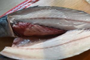 微解凍の鯖は簡単かつ綺麗に二枚におろせる